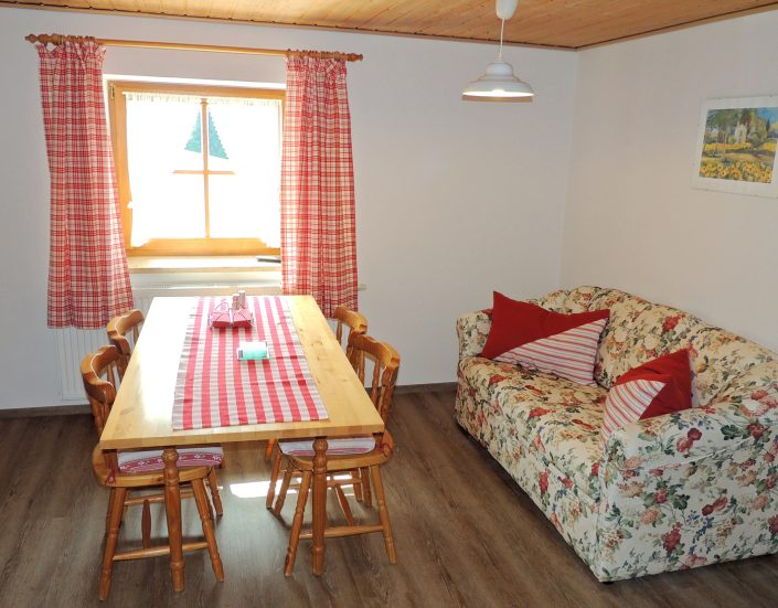 Die gemütliche Wohnküche in der Ferienwohnung Berghäusl in Oberau bei Berchtesgaden lädt zum Entspannen und gemütlichem Beisammensein ein. Ferienwohnung Berghäusl in Oberau bei Berchtesgaden. Familie Brandner freut sich auf Ihren Aufenthalt.